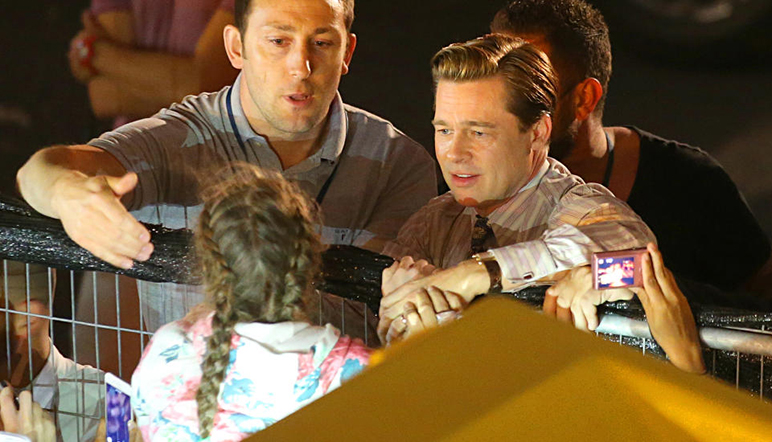 Brad Pitt rescata a una niña antes de ser aplastada por un grupo de fanáticos [FOTOS]