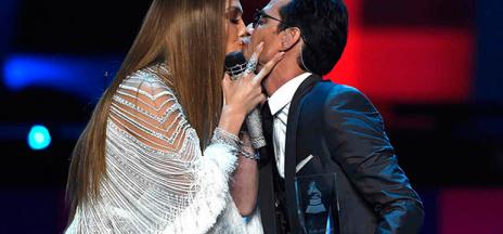 El beso de Jennifer López y Marc Anthony, protagonista de los Grammy