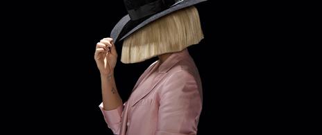 Captan a Sia sin su icónica peluca